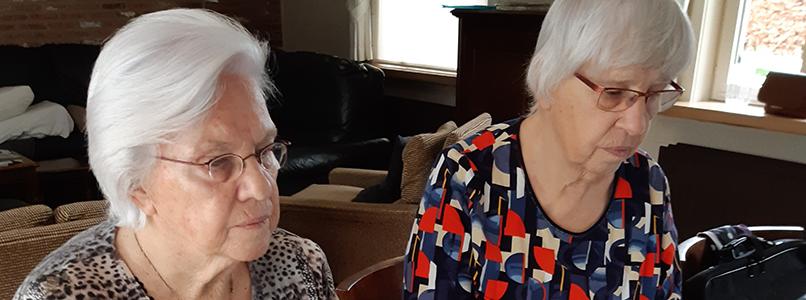 Voor de zussen Lief en Riet kent smartphone geen geheimen meer